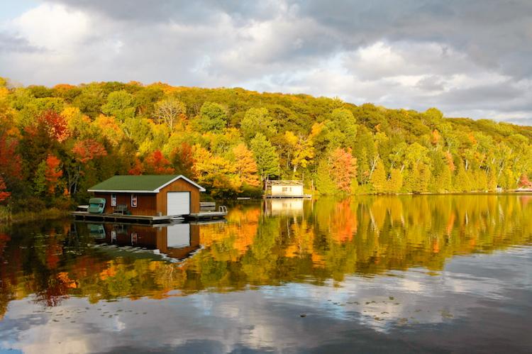 A cottage on the lake at Muskoka, near Toronto. Credit: iStock.com.